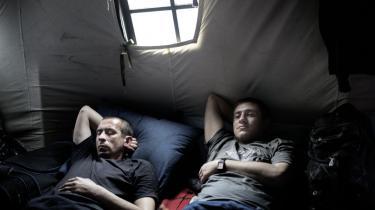 De mange medlemmer af selvforsvarsgrupperne, som fortsat er på Maidanpladsen, selv om Janukovitj er fjernet fra magten, sover i store telte på pladsen.