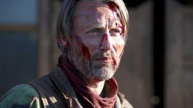 Med et mærkeligt ekko fra Thomas Vinterbergs Jagten spiller Mads Mikkelsen med stor styrke en sagesløs mand, der af skæbnen sparkes helt ned i skidtet, men stædigt nægter at blive liggende. Her på prærien slår han fra sig, så det kan mærkes