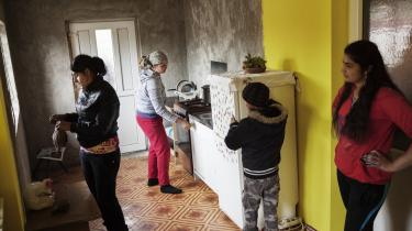 Uden job. 32-årige Ionela Ion har tidligere arbejdet i udlandet, men passer i dag sine børn i landsbyen Spantov, hvor halvdelen af befolkningen er romaer. Hun vil gerne afsted igen, men mangler nogen, der kan tage sig af børnene imens.