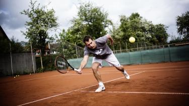 Flugtspil. Hurtige reaktioner og bløde hænder var med til at sikre Frederik Løchte Nielsen Wimbledon-trofæet i 2012. Sejren sendte hans karriere i en helt ny retning, og i dag kæmper han for at genfinde sin identitet som tennisspiller.
