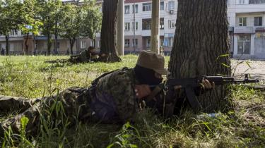 Pro-russiske militsfolk forsvarer lufthavnen i Donetsk mod angreb fra den ukrainske regeringshær.