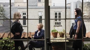 De tre forfattere Naja Marie Aidt, Mette Moestrup og Line Knutzons fællesbog 'Frit flet' er  interessant, men for massiv og rodet. Og de reducerer deres politiske analyse om privilegier til et spørgsmål om hvidhed og blindhed, og derfor mener anmelderen ikke, man/de har begreber til at beskrive det.