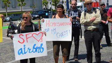 Deleboligkonceptet Airbnb har på fire år skabt flere værelser for turister, end hotelkæden Hilton har lykkedes med på 93 år. Her ses amerikanske demonstranter i San Francisco, der er utilfredse med de lokale myndigheder, som kæmper for at gøre konceptet ulovligt i Californien.