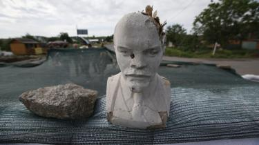 Der er en pæn portion historisk ironi over den behandling ukrainske aktivister giver statuerne af Lenin, for den sovjetisk-russiske dominans, de gør oprør mod, har sin baggrund i Stalins og ikke Lenins regime, skriver Slavoj žižek.