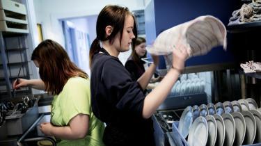Camilla (t.h.) og de andre elever på efterskolen skal også hjælpe til med de praktiske ting.