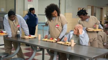 ''Orange is the New Black' indfanger faktisk hverdagen i et kvindefængsel. Den bruger humor undervejs, og volden er også overdrevet for at fremstille konflikterne udadtil, men den verden, vi ser i Litchfield, er meget virkelig,' siger Piper Kerman, hvis erfaringer fra fængslet er oplæg for den populære tv-serie.