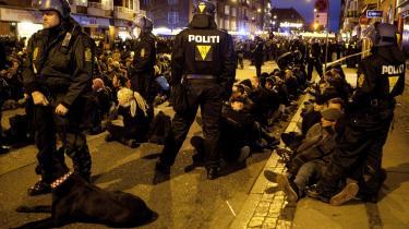 Betjente og anholde fra den såkaldt   'sorte blok' under COP15. Masseanholdelsen af demonstranter under klima-topmødet er den mest omtalte anvendelse af lømmelpakkens udvidede beføjelser til politiet.