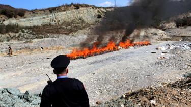 En albansk politimand ser til, mens 1,6 tons cannabis går op i røg i en dal sydøst for den albanske hovedstad Tirana.