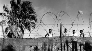 Illegale migranter i en flygtningelejr på Lampedusa. Men det er ikke alle, der når frem fra Afrika. Sidste efterår døde 366 migranter ud for Lampedusas kyst. I år er der udsigt til endnu flere migranter, som forsøger at komme til Europa i både over MIddelhavet.