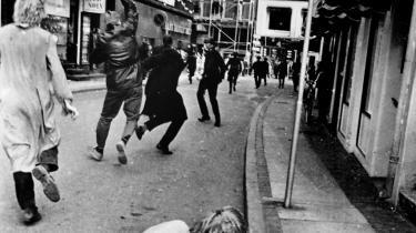 På baggrund af aflytning fik PET i 1977 mistanke til, at venstrefløjsaktivisten Jens Holger Jensen var involveret i logistisk støtte til en mulig PFLP-terroraktion på dansk grund. Allerede fra 1967 havde PET holdt godt øje med Jens Holger Jensen, der her ses slå ud efter en politibetjent, der angiveligt havde overfaldet en person under en demonstration i 1968 mod Vietnamkrigen.