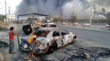 De irakiske regeringsstyrker blev tirsdag sendt på flugt fra provinshovedstaden Mosul, der nu kontrolleres af den ultraradikale oprørsgruppe ISIL