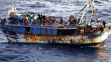Antallet af flygtninge, der i løbet af sommeren forventes at ville forsøge at krydse Middelhavet på vej fra Afrika til Europa, vurderes at blive rekordhøjt efter en vinter, hvor usædvanligt mange flygtninge allerede har forsøgt at komme til Europa i båd