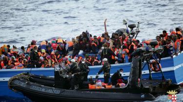Omkring 458 bådflygtninge blev den 20. maj i år reddet i land fra denne overfyldte båd af den italienske flåde ud for Siciliens kyst.