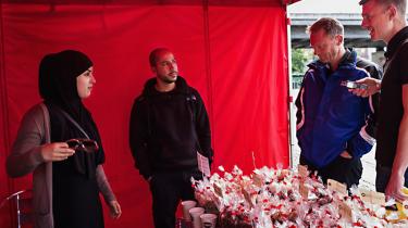 Borgmester Carl Christian Ebbesen (nr. to fra højre) taler med Hakim og Siham Alili, der sælger nødder, oliven og tørret frugt i weekenden. Til daglig er de henholdsvis mekanikerelev og lærerstuderende, men i weekenderne driver de boden, på Nørrebro. Deres kunder har indtil videre primært været etniske danskere