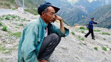 Li Dongyun, en 54-årig bonde fra landsbyen Xinnong. Han får ingen kompensation for sine marker, som snart vil blive oversvømmet af en ny dæmning. Den kinesiske regering har et mål om at kunne generere 290 GW energi ved vandkraft inden 2017.