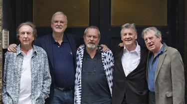 Den legendariske britiske komikergruppe Monty Python er tilbage med det første af i alt 10 nye sceneshows. Ingen ved endnu, hvordan det vil spænde af – de fem medlemmer er jo efterhånden nogle aldrende herrer – men gruppens banebrydende humor, tv-shows og film holder endnu, 45 år efter det hele begyndte på BBC