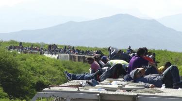 På taget af et godstog op gennem Mexico sidder hundreder af unge, der håber på at nå til USA. De vil væk fra deres fattige og voldelige hjemlande i Mellemamerika.