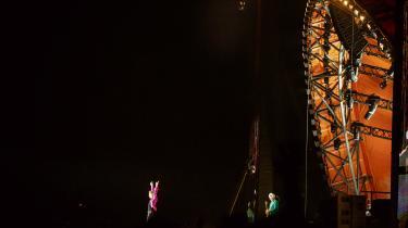 The Rolling Stones beviste på Roskilde Festival, at de er gamle. Men i deres rustne samspil gemte sig en rørende fortælling om menneskers og kroppes forfald – fraregnet Mick Jagger, der med en verdensklasseperformance synes at være i permanent løbetid