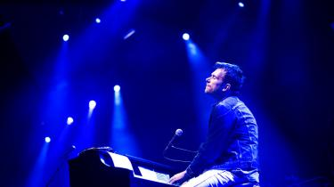 """Under den tyst klaverdrevedeudgave af Blur-sangen """"Out Of Time"""", fikdenne anmelder for første gang noget i øjet på årets festival"""