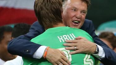 Den hollandske træner Louis van Gaal krammer mål Tim Krul efter at han har reddet to straffespark mod Costa Rica og dermed sikrer Holland billet til semifinalen.