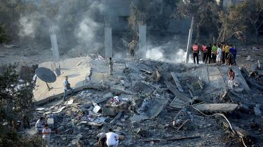 Gaza: Palæstinensere inspicerer tirsdag morgen et ødelagt område efter et israelsk luftangreb