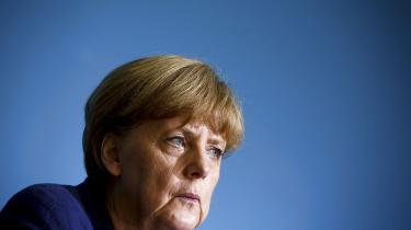 Med dokumenter, der er lækket af den amerikanske afhopper Edward Snowden, blev det sidste sommer afsløret, at Merkels mobiltelefon er blevet aflyttet af amerikanerne. Det udløste en diplomatisk krise mellem de ellers så nære allierede Tyskland og USA, og beskeden torsdag om udvisningen er Tysklands første direkte og kontante svar på den amerikanske spionage
