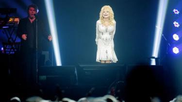 En aften med Dolly Parton er fuld af countryhits, sexjokes og frigørelsesbudskaber. Og den er fuld af selvbiografi og hjemstavn. Hun er en dame, der insisterer på røddernes betydning, men hun formår ikke at ryste fornemmelsen af noget kunstigt af sig