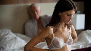 Ung og smuk er en stærk film, der fascinerer i mangetydige forførelser. Den er nærmest mat i sit udtryk med doven chansonmusik af Francoise Hardy. Den er svær at afvise som en instruktørs rene æstetisering og museagtige mystificering af Kvinden. Men den er også svær at ophøje som det modsatte, som en hyldest til kvindens egenrådige seksuelle handlen