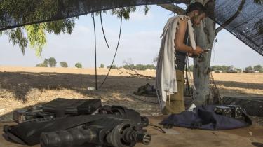 En israelsk soldat beder morgenbøn. Antallet af stærkt religiøse unge i den israelske hær stiger, og bosætternes indflydelse i den israelske hær er ved at nå et punkt, hvor stadig flere taler om en sammensmeltning.