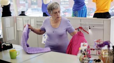 Den nye generation af ældre vil gerne blive ved med at yde noget så længe som muligt, mener dagens kronikør. Her Irma Nilsson i Blå Kors butikken på Borgergade i København.