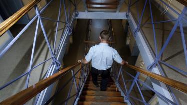 Fængselsbetjente skal til at have peberspray med rundt på jobbet, mener justitsministeren. En undersøgelse har ellers påvist, at indførelsen af peberspray i 2008 har mere end tredoblet politiets samlede brug af magtmidler – til gengæld har den ikke mindsket politiets brug af stave og skydevåben, hvilket blandt andet var hensigten.