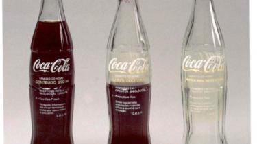 Tre af kunstneren Cildo Meireles'  brasilianske colaflasker fra 1970'erne, hvorpå han har skrevet navnet på sit projekt 'Insertions into ideological circuits' og sine initialer. Han satte flaskerne tilbage på hylderne, hvorefter de indgik i et uvist kredsløb. Foto fra udstillingen