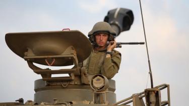 En israelsk soldat holder udkig fra toppen af en tank nær grænsen mellem Israel og Gaza. Ifølge den israelske menneskerettigheds-organisation B'Tselem affyres flechette-granaterne typisk fra en tank.