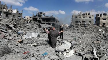 Under våbenhvilen undersøger indbyggere fra Shejaia-området i Gaza murbrokkerne af de huse, der er blevet ødelagt af israelske bombardementer.