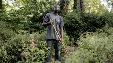 Chanaf Bougonou er graver og arbejder som anlægsgartner på Vestre Kirkegård i København.