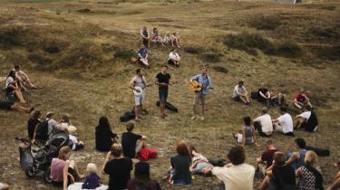 Tyske spillemænd i klitlandskab – Hungerhoff & The Wild Roots giver koncert i udkanten af Sønderho under den intime, empatiske, frit tænkende Fanø Free Folk Festival.