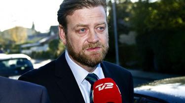 Sigtelsen mod den tidligere spindoktor for daværende skatteminister Troels Lund Poulsen (V), Peter Arnfeldt, bliver opretholdt. Det afgjorde Københavns Byret i går.