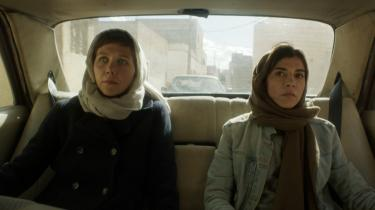 Maggie Gyllenhaal (tv.) og Lubna Azabal i 'The Honourable Woman'.