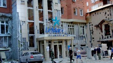 Mortergranater ødelagde i går flere bygninger og dræbte én person i Donetsk.
