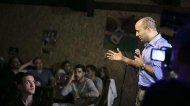 Populær. Den israelske højrefløjspolitiker Naftali Bennett, der her fører valgkampagne på en bar, har godt fat i de unge vælgere, der generelt er mere højreorienterede, mere skeptiske over for en tostatsløsning og mere tilbøjelige til at støtte en annektering af Vestbredden end deres forældre.