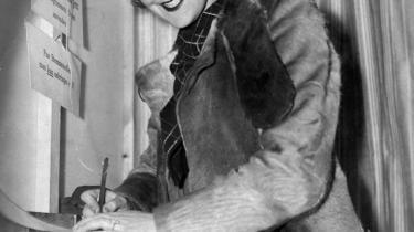 Valgret. En kvinde stemmer til Folketingsvalget den 22. oktober 1935. 'Indtil 1915 havde 85 procent af den danske befolkning i form af 'fruentimmere, folkehold, forbrydere, fjolser og fattige' ikke valgret til national politik,' skriver Christina Fiig om valgretsdebatten forud for grundlovsændringen og vedtagelsen af den 'universelle valgret' for 99 år siden.