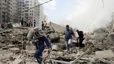 Folk på flugt fra israelske luftangreb på Beirut i 2006.