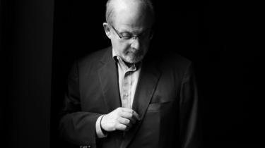Salman Rushdie mener, at litteratur virker langsomt, og det er kun sjældent den reagerer på nyheder med succes som  f.eks. 11. september 2001. 'Tolstojs 'Krig og fred' blev skrevet 60-70 år efter Napoleons invasion af Rusland, og når du i dag tænker på denne historiske begivenhed, så tænker du på 'Krig og fred', siger han.