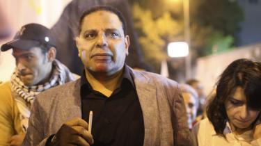 'Den kongelige egyptiske Automobilklub' er Alaa Al-Aswany mest åbenlyst politiske bog, fuld af indignation og nærmest depressiv samfundskritik. Al-Aswany er i forvejen kendt for sin regimekritik i og uden for Egypten – her ses han til en demonstration på Tahrir-pladsen i Kairo i November 2012.