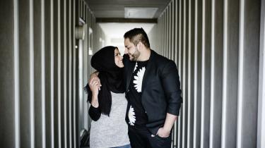 Natasha al-Hariri og Niddal El-Jabri er ubetinget et glad ægtepar. Han ville have svoret, at han aldrig ville falde for en pige med tørklæde. Ingen har pålagt hende at bære tørklæde. I mange år forbød hendes forældre hende faktisk at tage det på. Men hun valgte det som en del af sin identitet.