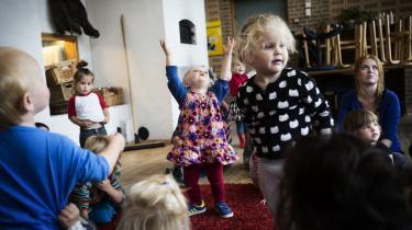 Der er ikke mange tosprogede børn med ikkevestlig baggrund , der har taget imod tilbudet om at gå i Stenurten. I stedet har vuggestuen blandt andet taget imod børn fra USA, Australien og Island til de ledige såkaldte sprogpladser.