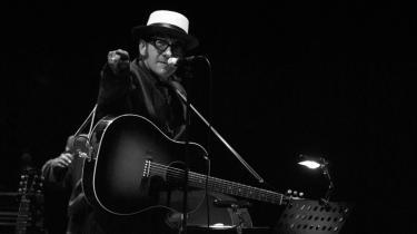 Elvis Costello alias Declan Patrick Aloysius McManus har udgivet album siden 1977 med så væsensforskellige kunstnere som The Brodsky Quartet, Burt Bacharach, Anne Sofie von Otter, Paul McCartney, The Roots, Bill Frisell, T-Bone Burnett og Allen Toussaint. Det viser bredden i hans musikalitet. Han fylder 60 i dag