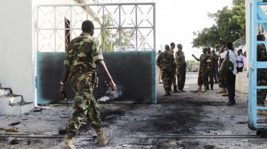 Mohamed Hassan Ismail Farah blev indsat som ny politikommissær i Somalia efter angrebet på præsidentpaladset 8. juli. Han bliver beskyldt for at have begået forbrydelser mod menneskeheden, da han var en del af diktator Mohamed Siad Barres politikorps.