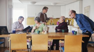 Beboere samlet til kaffe i fællesrummet. I Stockholm-forstæden Gärdet ligger Europas første plejehjem for LGBT-personer. Her bor omkring 100 beboere fra hele Sverige og enkelte endda fra andre europæiske lande. De fleste af beboerne er 65-70 år gamle. Alle har en privat lejlighed, der er forbundet til et fællesrum.