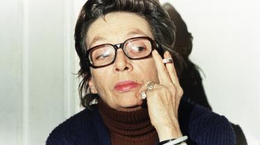 'Nu er det bare sådan, at jeg er genial. Det har jeg vænnet mig til nu.'  Sit eget geni var Marguerite Duras ikke i tvivl om. Her ses hun som 62 årig. Hun døde i en alder af 82, hærget af et langt alkoholisk liv.